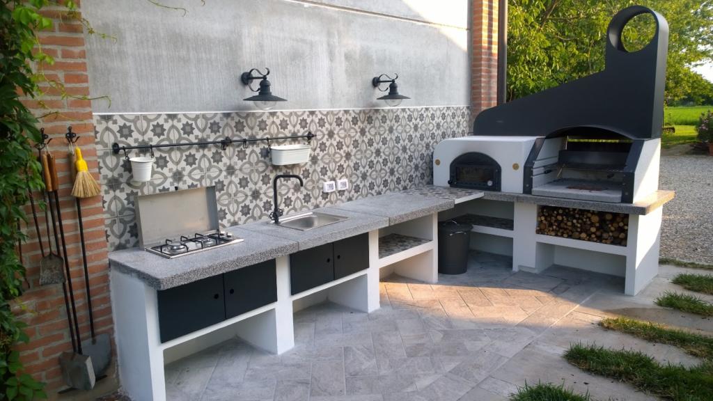 Cucina esterna con forno a legna e barbecue | Agriturismo Il ...